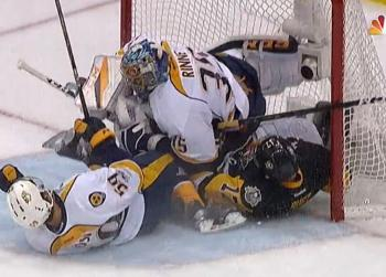 Pekka Rinne gets run over by two different players in huge collision.