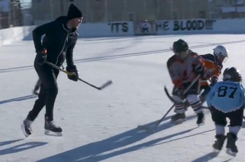 McDavid crashes Edmonton minor hockey practice, hands out Christmas presents!