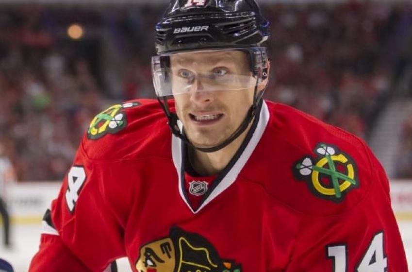 Report: Blackhawks re-sign veteran forward after acquiring him in trade.