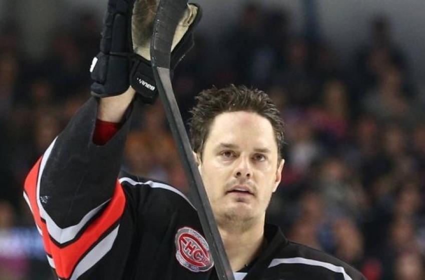 Veteran defenseman announces retirement after over 400 NHL games.